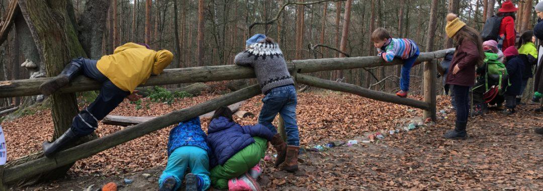 Kinder und Erwachsene auf einem Naturlehrpfad