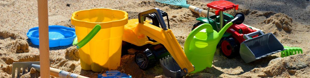 Sandkasten mit Kinderspielzeug