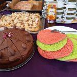 Tisch mit mehreren Kuchen