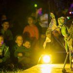 Marionettenspiel bei Nacht